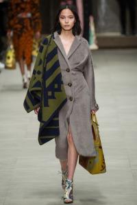 look 27 burberry abrigo manta