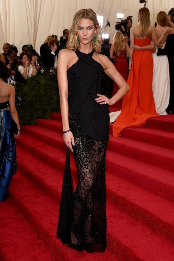 Karlie Kloss in Versace negro